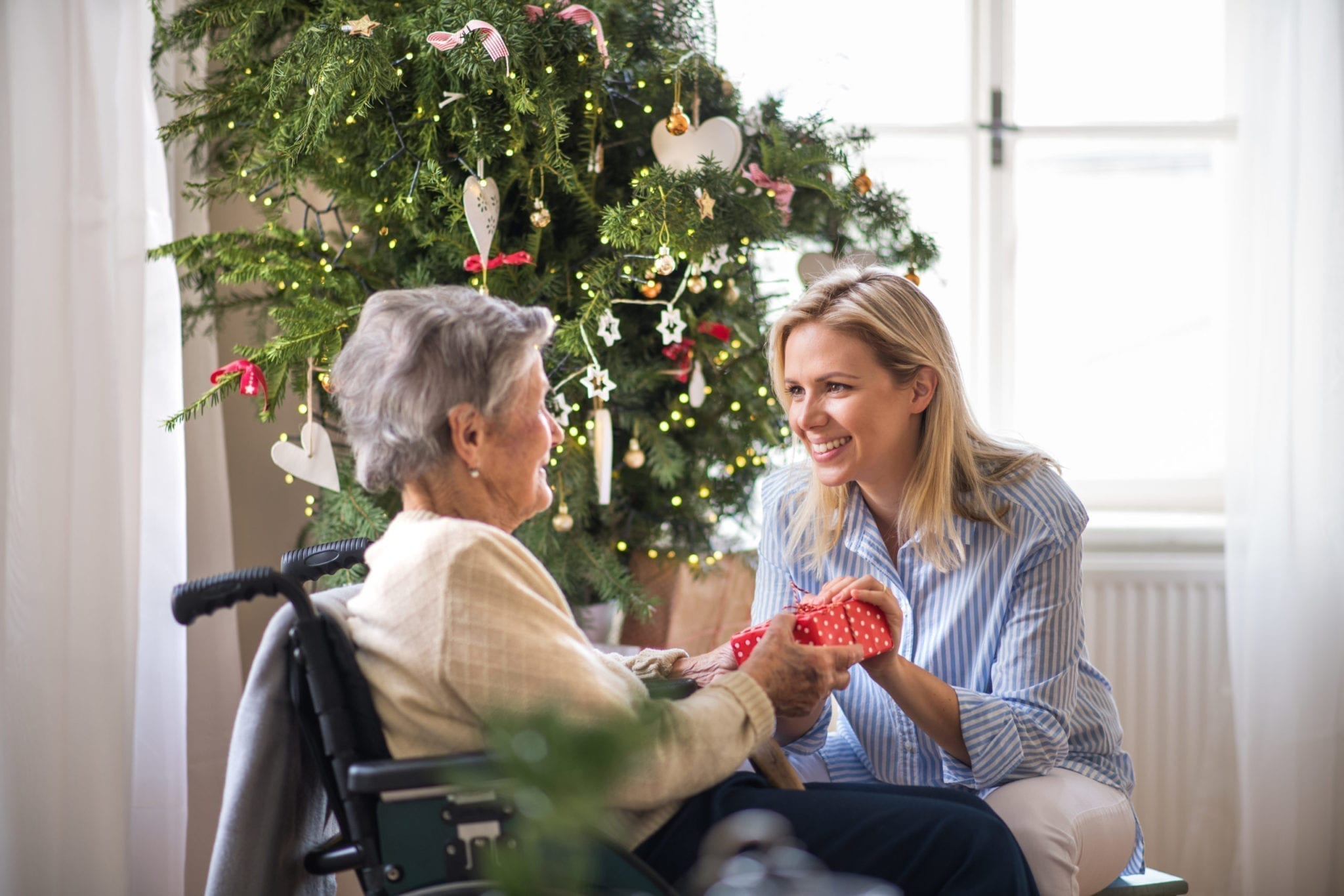 elderly-mom-and-daughter-exchanging-gifts